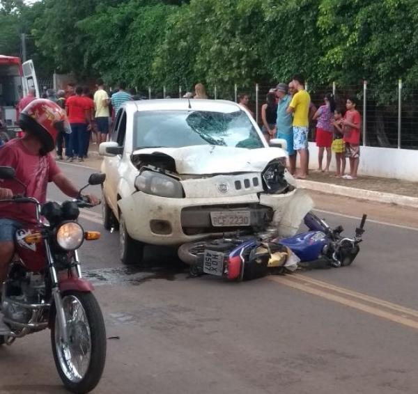 Colisão entre carro e moto deixa uma pessoa ferida na PI-236 na saída de Água Branca para Hugo Napoleão