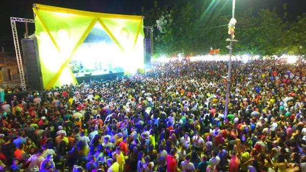 Foliões lotam a Praça de Eventos no Carnaval em Água Branca