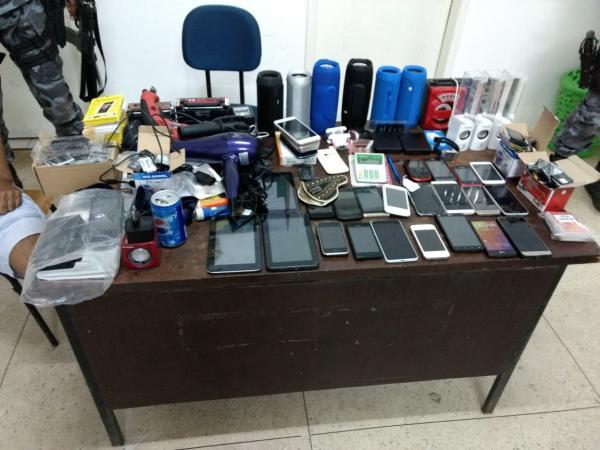 Três são presos e um menor apreendido suspeito de furto a loja de celulares em Regeneração