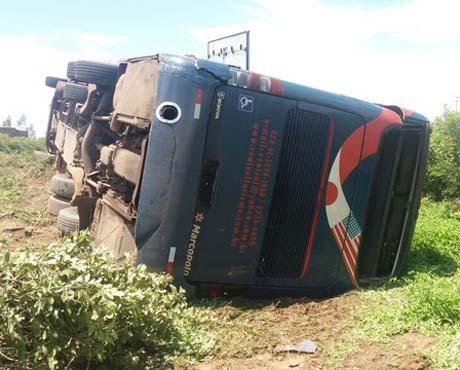 Ônibus tomba e deixa 4 pessoas feridas na BR-135 no Sul do Piauí