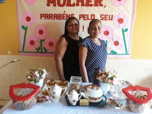 Direção de escola, promove chá, para comemorar dia da Mulher