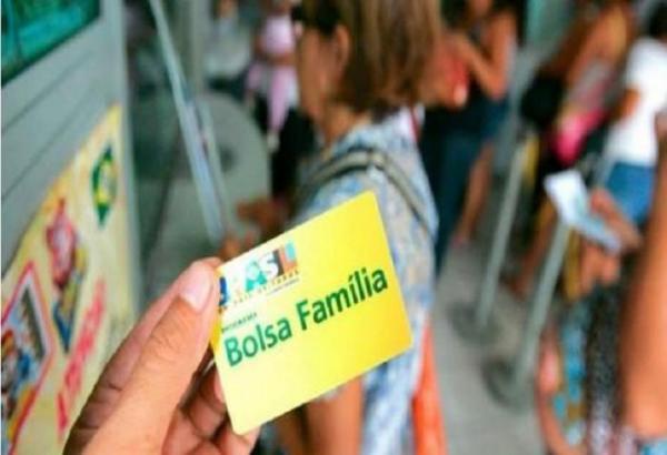 Bolsa Família será reajustado até maio, diz ministro