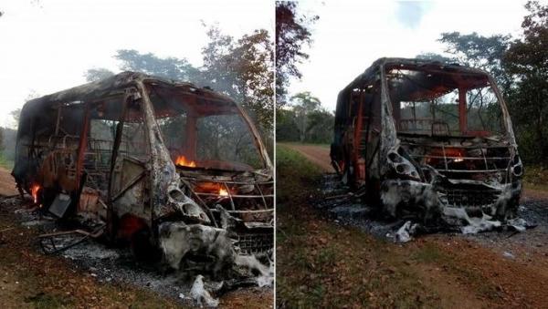 Ônibus escolar com cerca de 30 alunos pega fogo e fica destruído