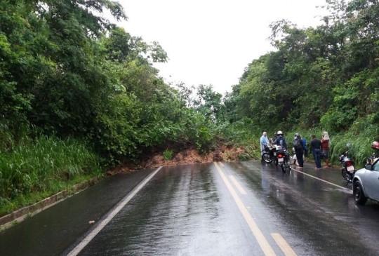 Deslizamento de terra provoca interdição total da BR 343 em Teresina