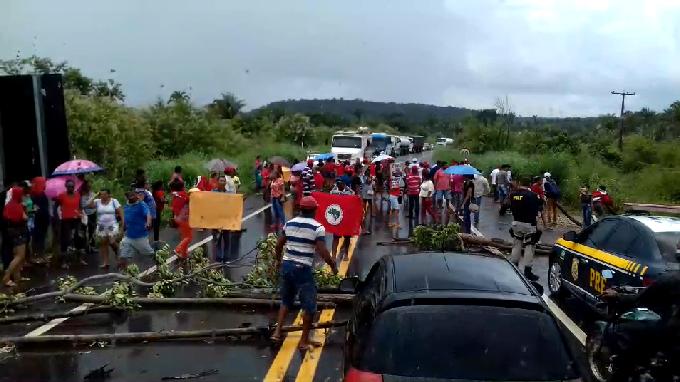 Manifestantes do MST interditam BR-316 em protesto no povoado Chapadinha