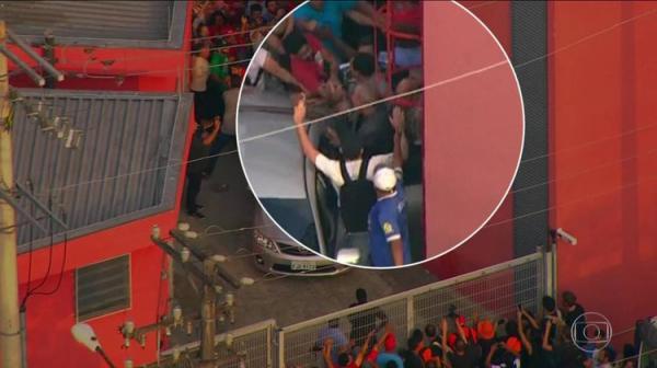 Polícia Federal chega para buscar Lula e militantes bloqueiam portão Polícia Federal chega para buscar Lula e militantes bloqueiam portão