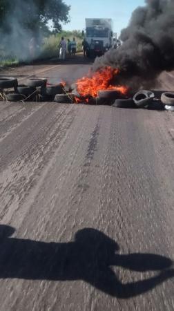 Moradores bloqueiam por quatro horas a BR-316 na Zona Sul de Teresina por falta de água